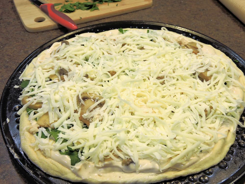 24Bite Recipe: Chicken Alfredo Pizza with Spinach and Mushrooms by Christian Guzman