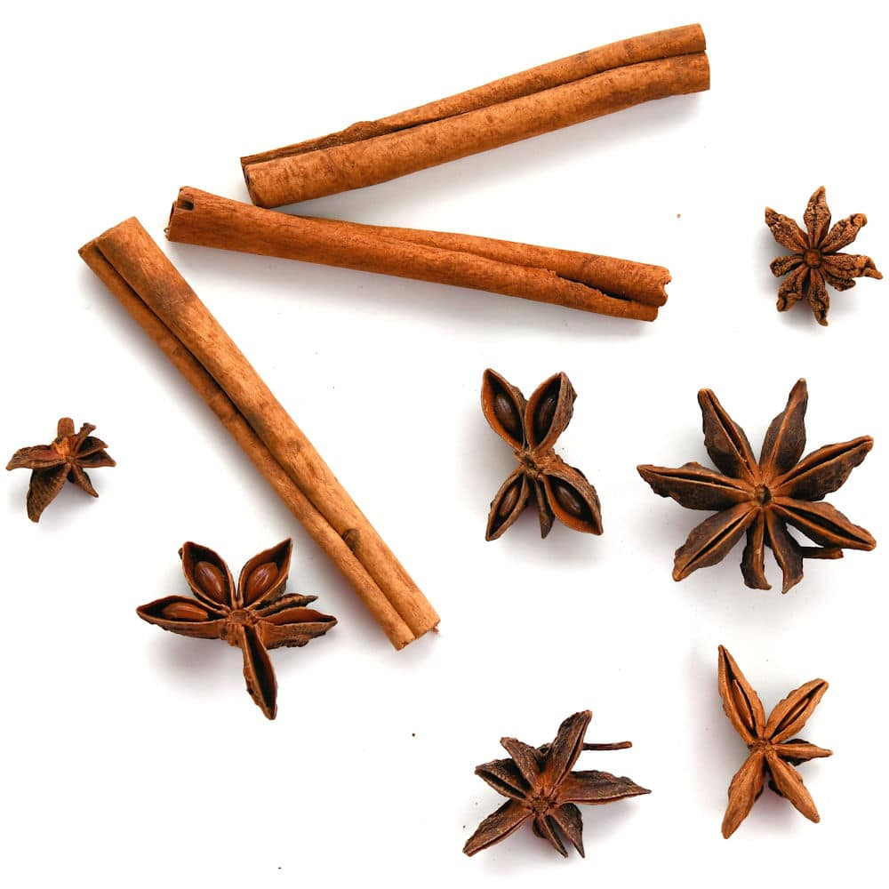24Bite: Image of scattered star anise and cinnamon sticks